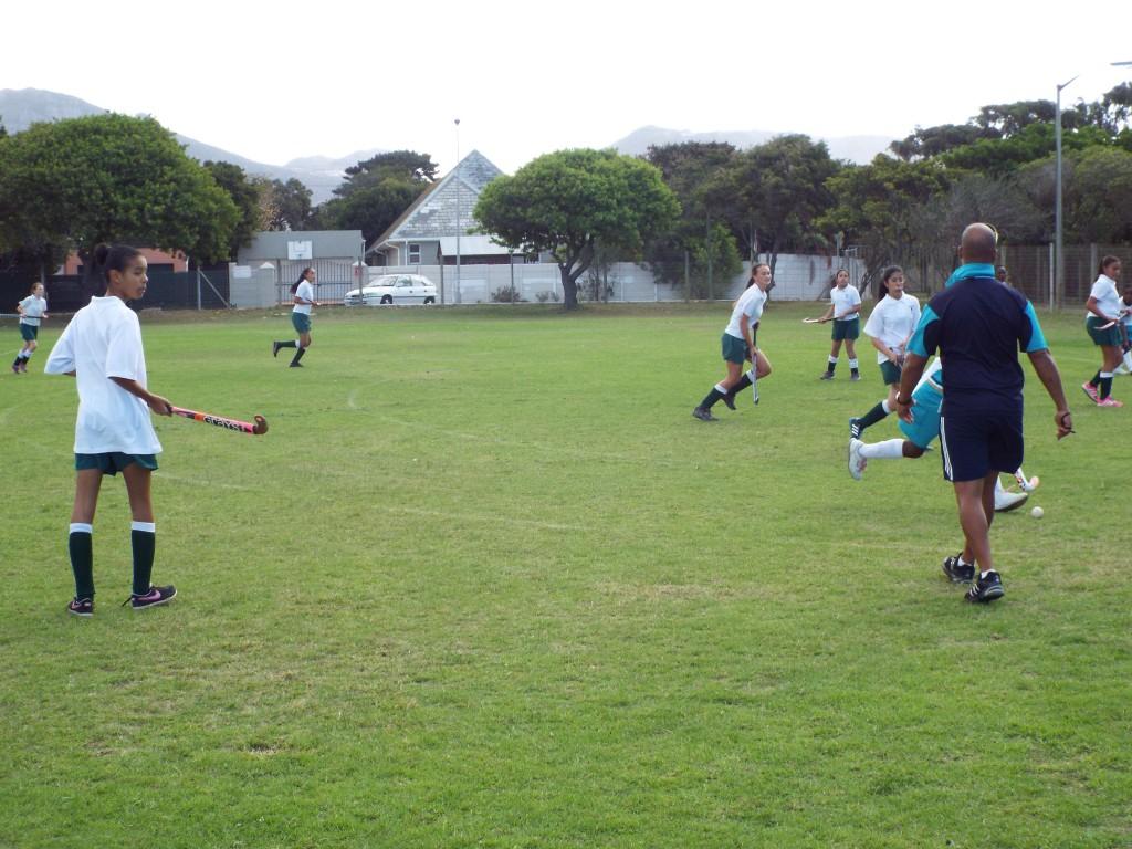 U13 girls hockey team vs Zimbabwean team (1)